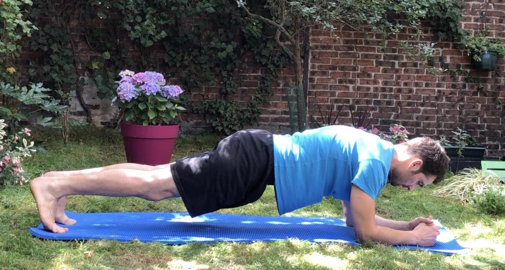 Le gainage, ici, la planche, est un exercice efficace pour régler ses problème névralgiques ou articulaires